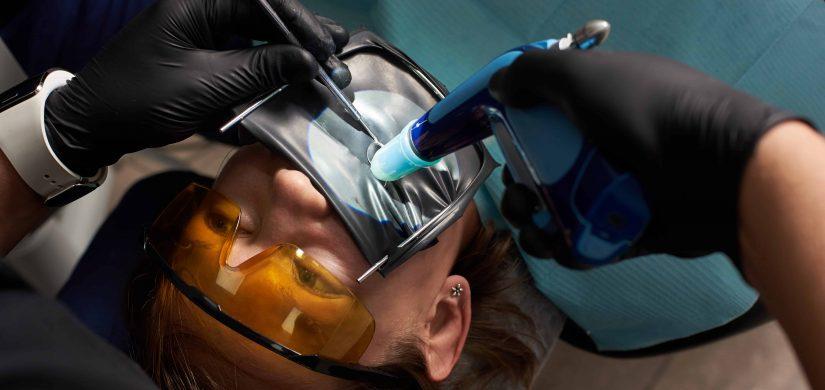 pacjent w trakcie leczenia kanałowego pod mikroskopem